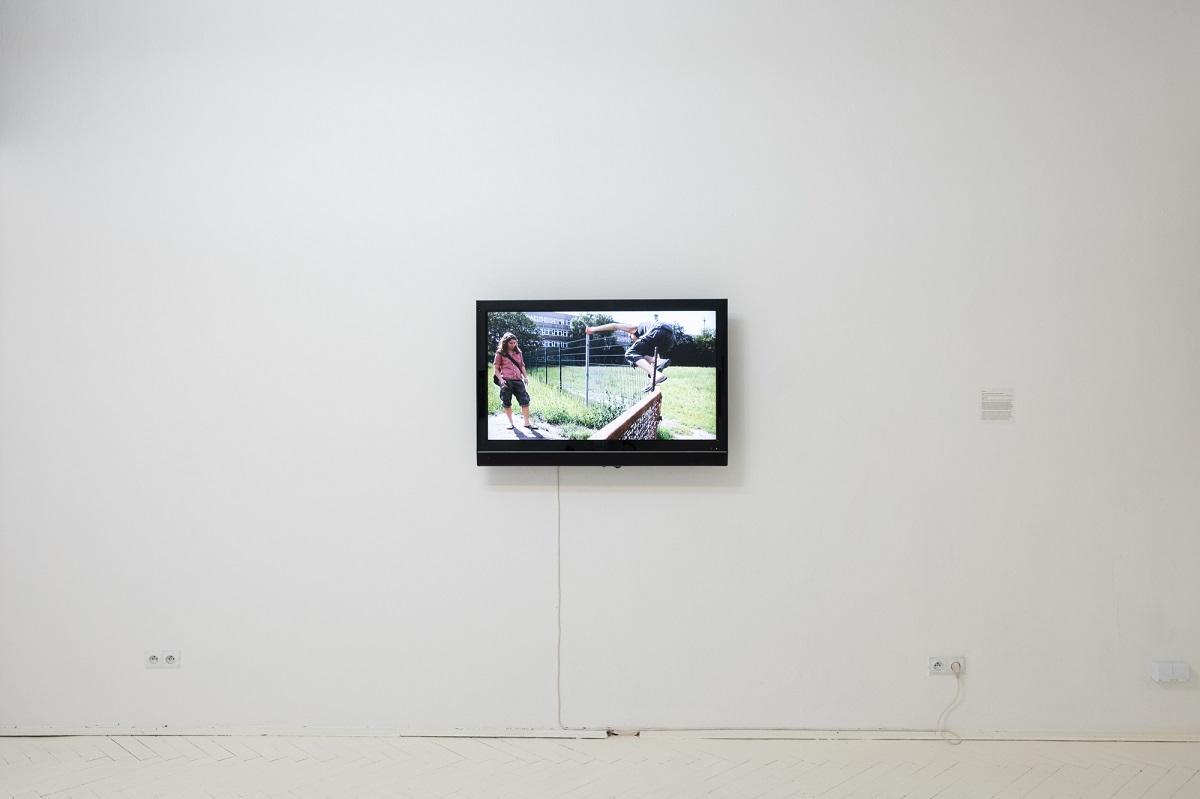 Aleka Polis, Parkour d'amour, 2011, widok z wystawy Poganki, fot. Marcin Liminowicz