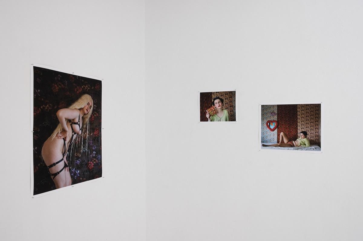 Maria Kniaginin-Ciszewska, Ubrałam moją dziewczynę w prezent, który dostałam od niej, Prezent, 7777, 2020, widok z wystawy Poganki, fot. Marcin Liminowi